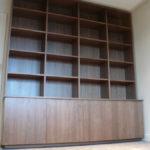 Bibliothèque en placage de Noyer US satiné.