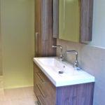 Meuble vasque et armoire suspendue salle de bain.