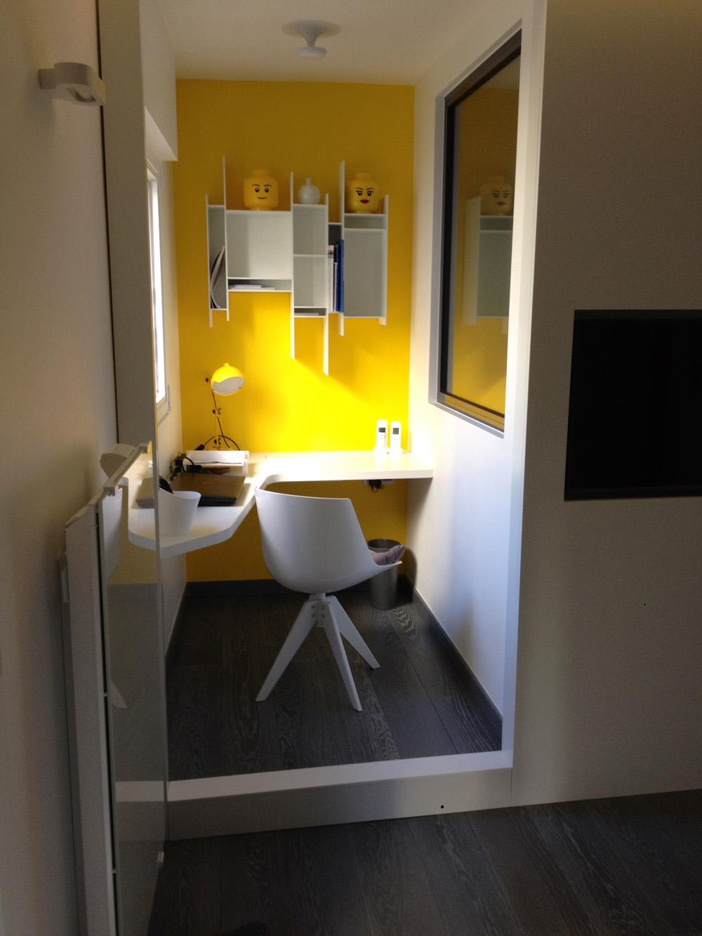 echelle salle de bain blanche amnagement complet dune chambre en laque satine blanche - Echelle Salle De Bain Blanche
