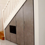 Aménagement sous escalier après pose des portes.