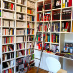 Angle bibliothèque et bureau.