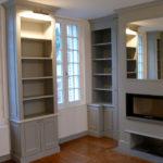 Bibliothèque et cheminée.
