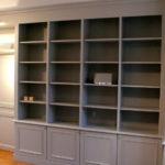 Grande bibliothèque sur mesure avec portes basses