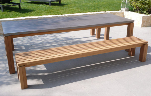 Table de jardin plateau en béton ciré.