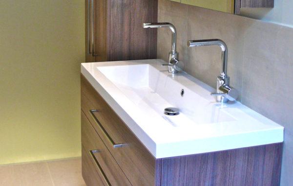 Plan vasque sur meuble mélaminé suspendu