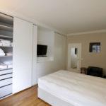 Chambre avec armoires coplanaires.