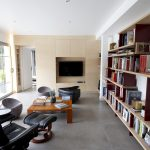 Bibliothèque en Baubuche côté avec TV